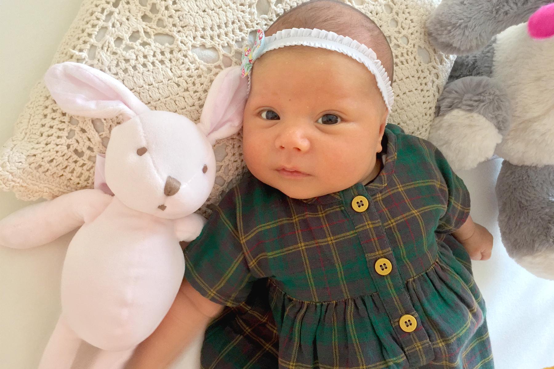 Bébé en robe Petit Bateau et doudou lapin Tartine et chocolat