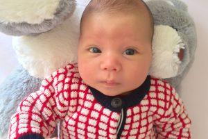 Bébé habillé en Petit Bateau et doudou