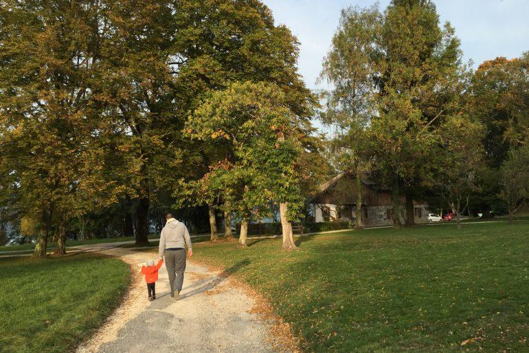 Père et fille marchant au loin