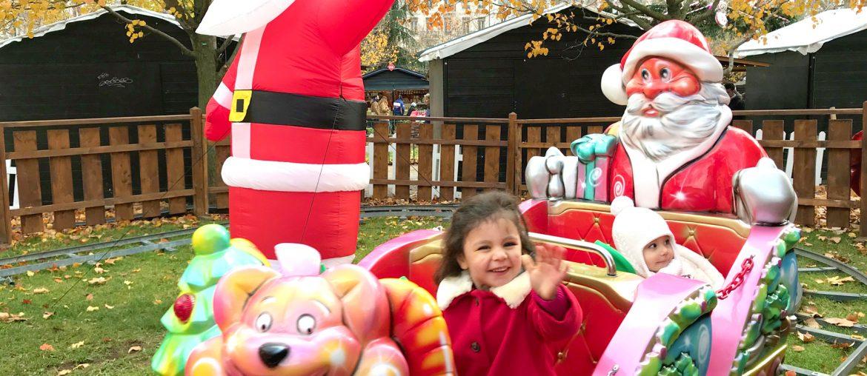Romy et Liv sur un manège de Noël. Marché de Noël de Lyon place Carnot