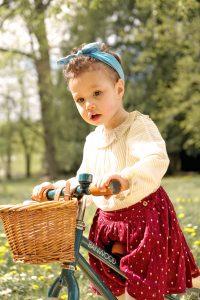Petite fille à draisienne