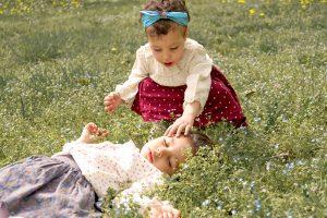 2 sœurs sur la gazon