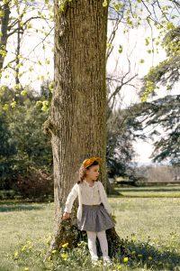 Petite fille devant un arbre