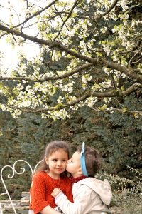 2 sœurs s'embrassent