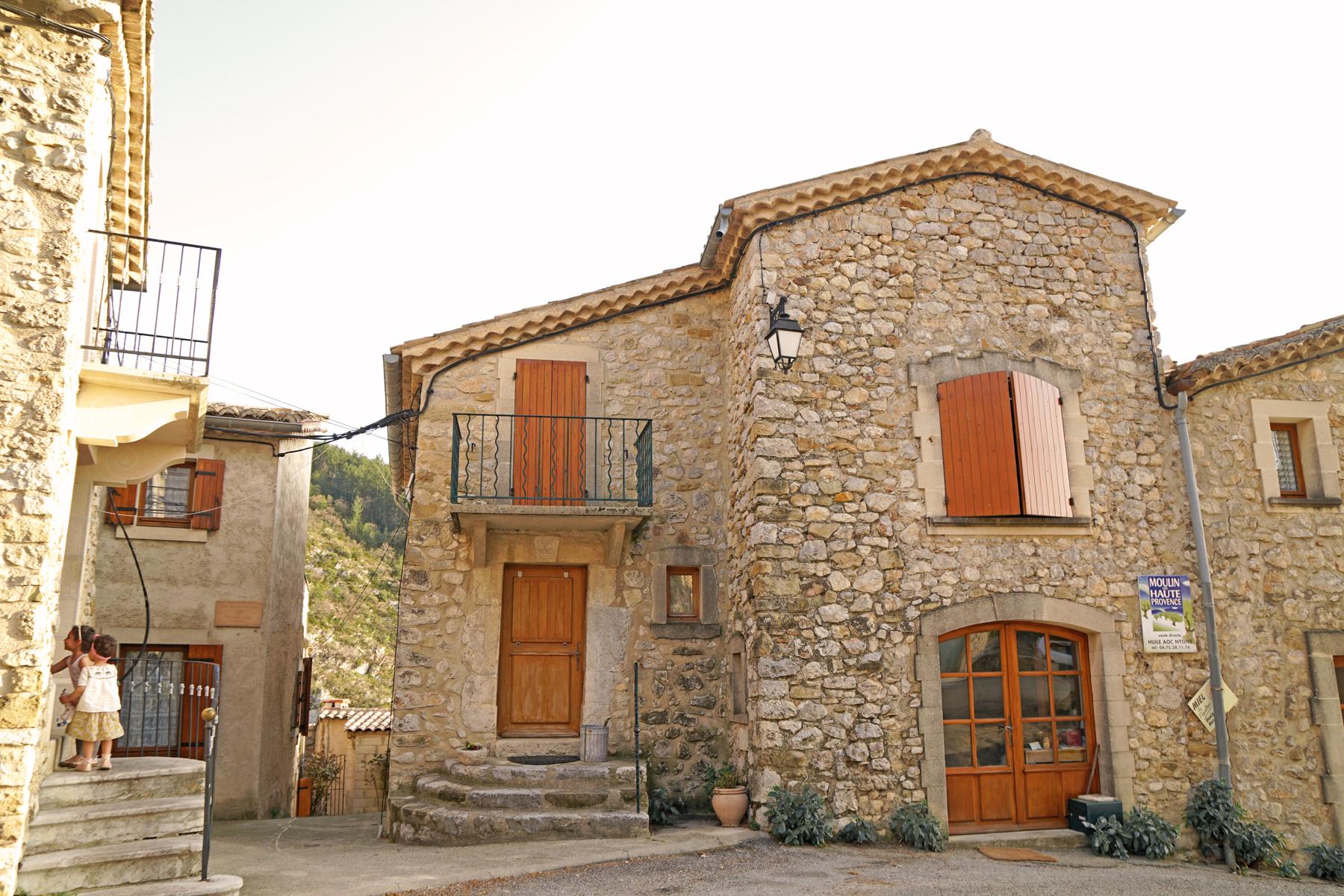 2 soeurs, Bâtisses de Plaisians, Drôme provençale