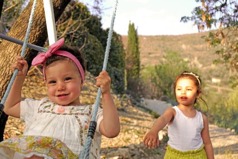 2 soeurs sur leurs balançoires à Plaisians, Drôme provençale
