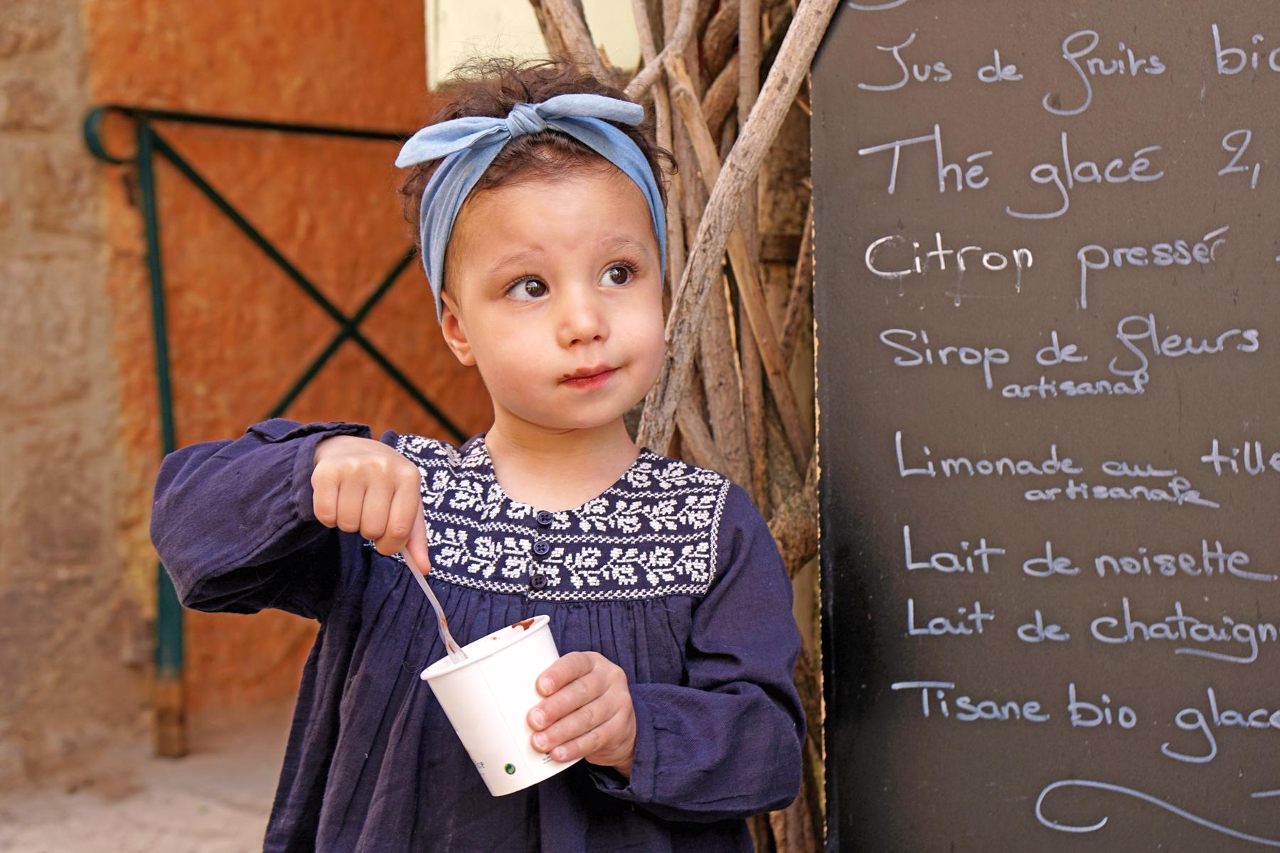 Petite fille mange une glace