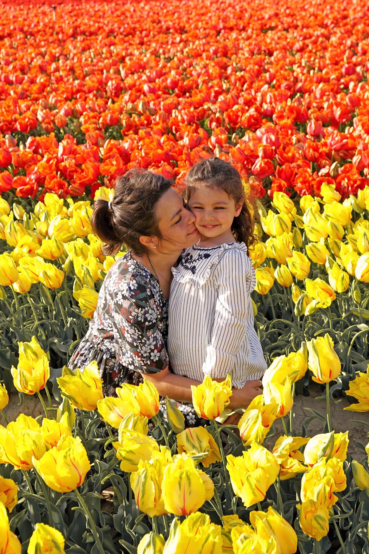 Mère et fille dans un champs de tulipes