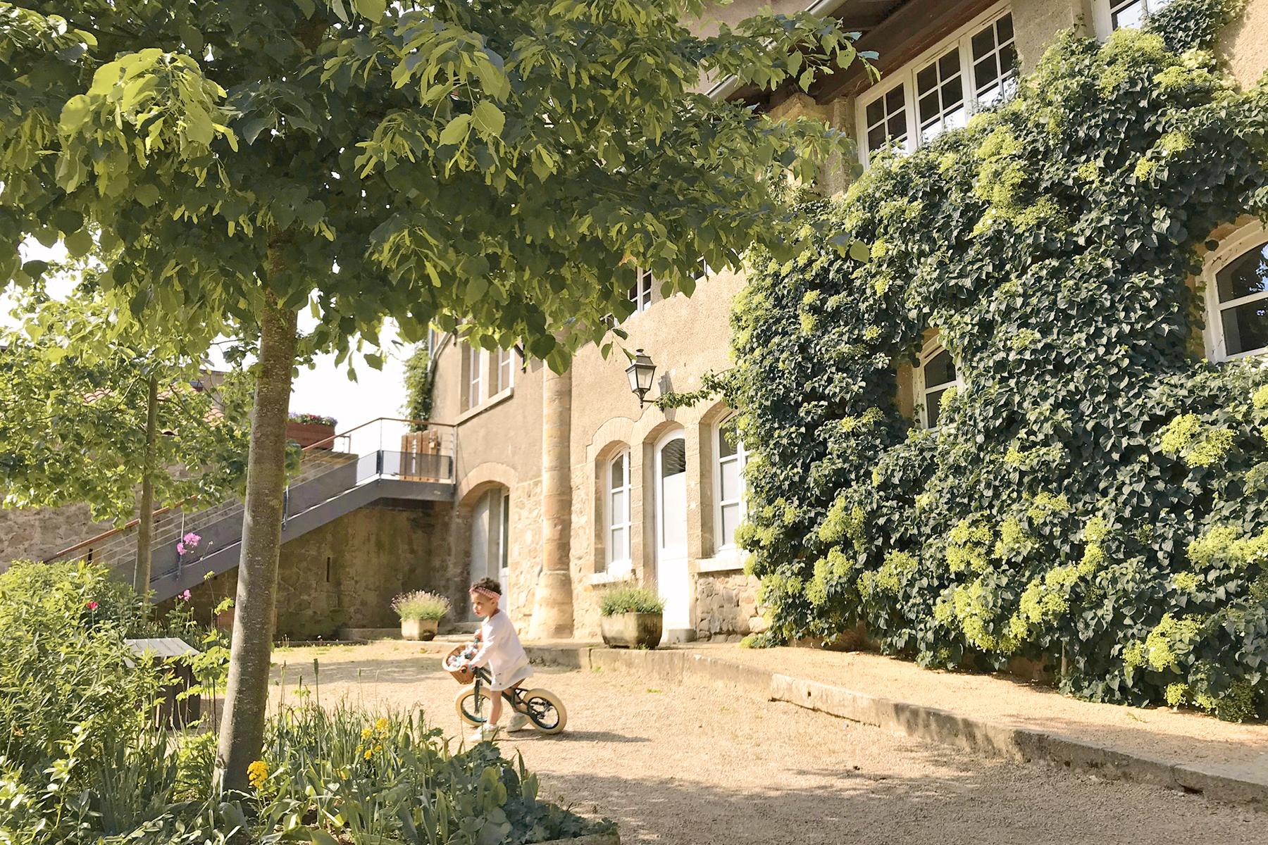 Domaine de Lacroix Laval, petite fille fait de la draisienne