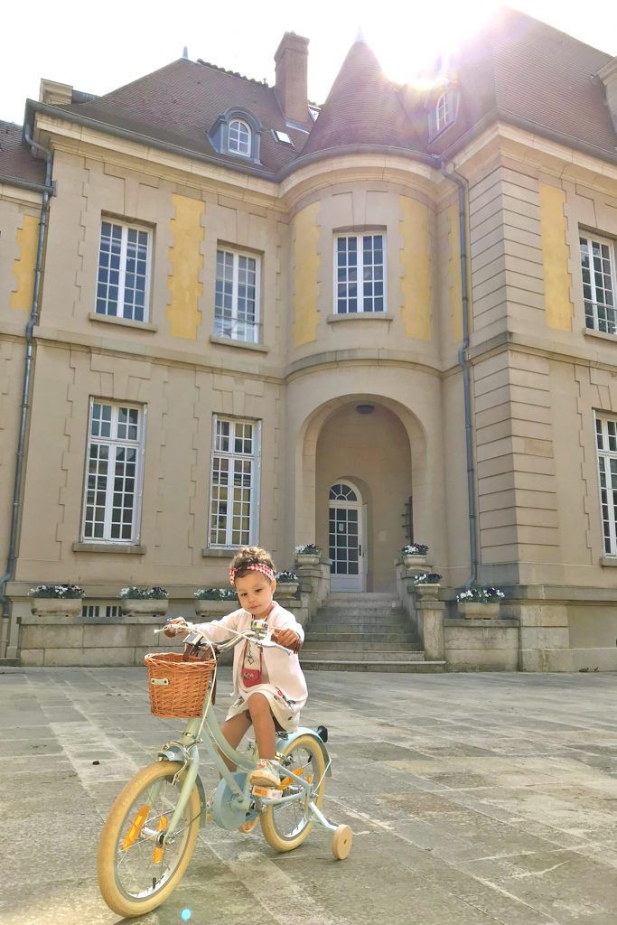Domaine de Lacroix Laval, petite fille sur son vélo