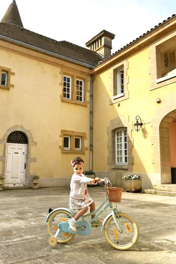 Domaine de Lacroix Laval, petite fille sur un vélo