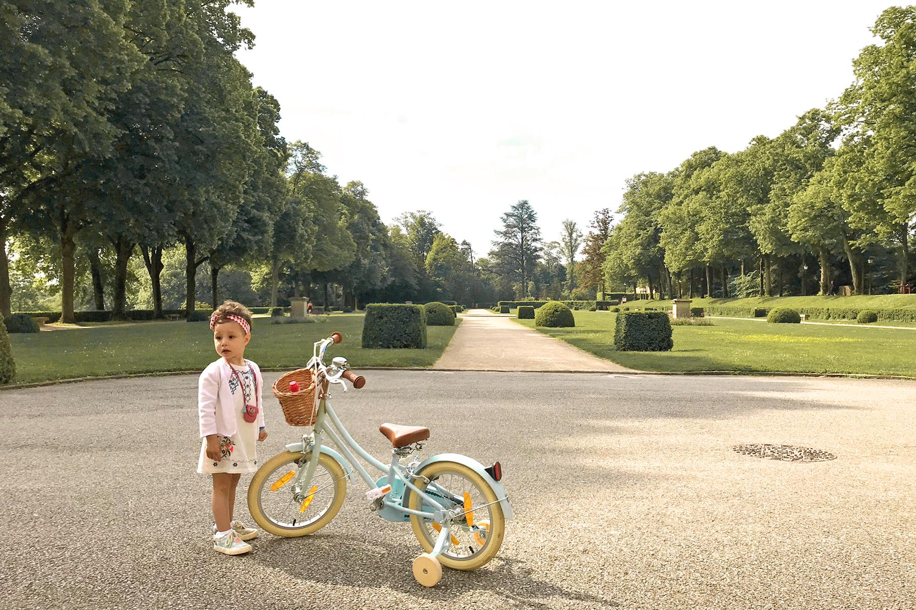 Domaine de Lacroix Laval, petite fille et son vélo