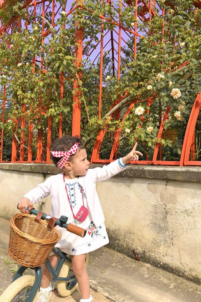 Domaine de Lacroix Laval, petite fille devant le potager