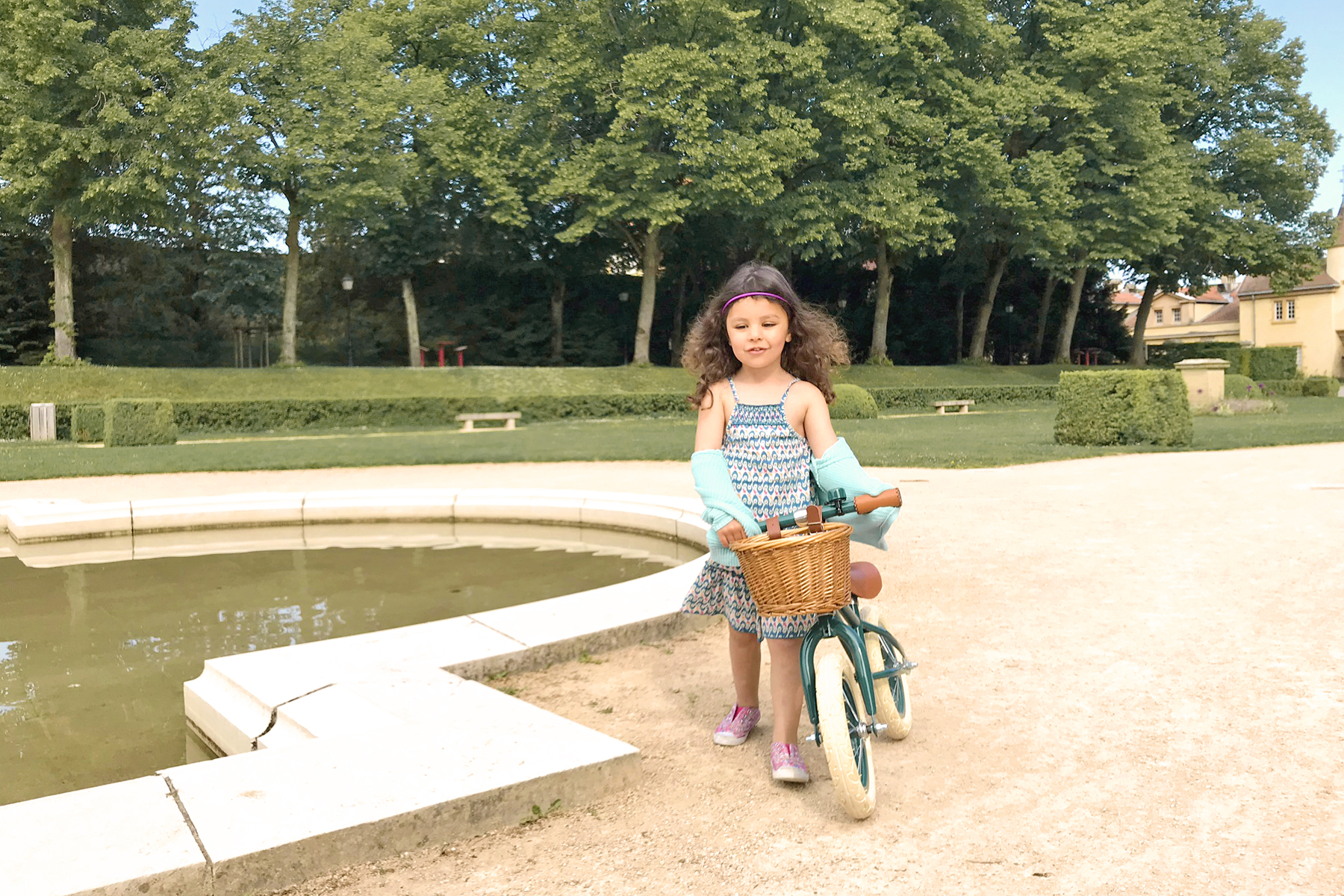 Domaine de Lacroix Laval, petite fille à la draisienne