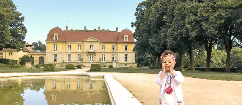 Petite fille se rafraîchit au Domaine de Lacroix Laval, château