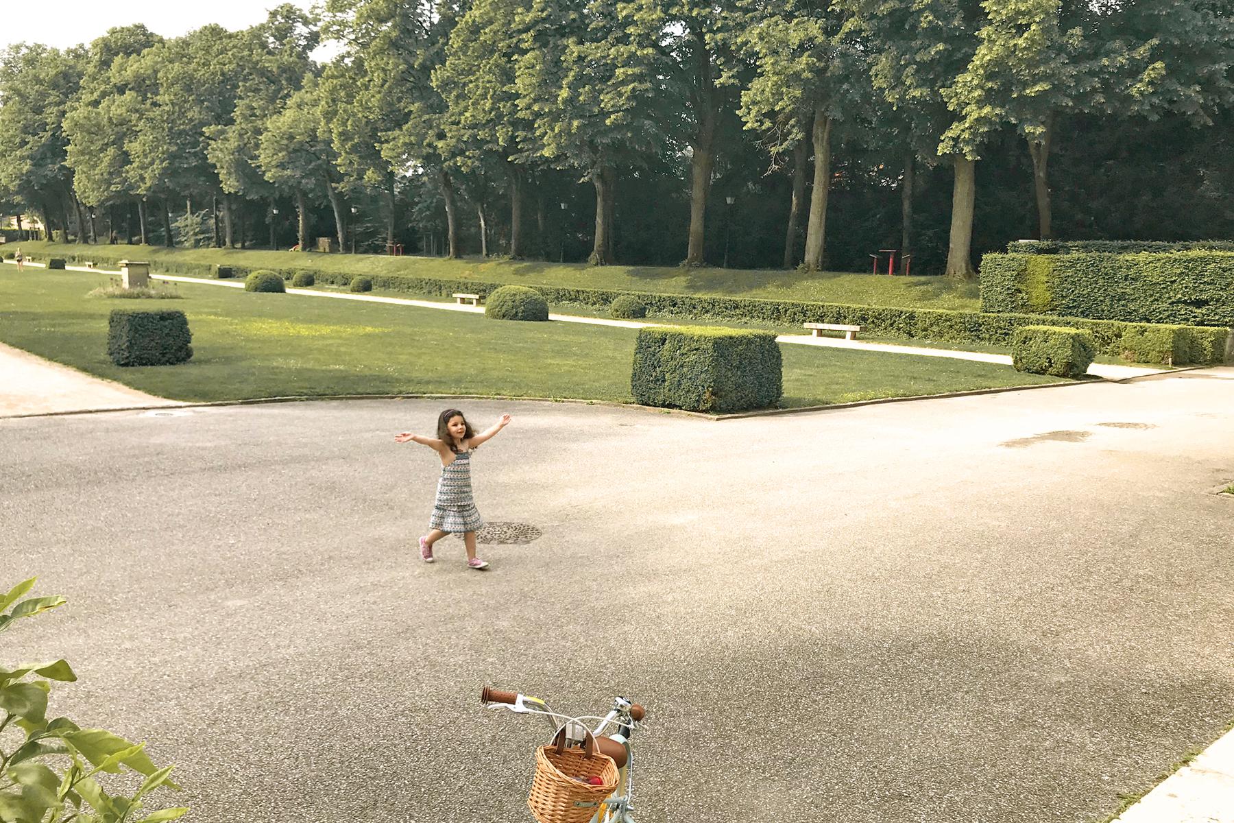 Domaine de Lacroix Laval, petite fille dans le jardin