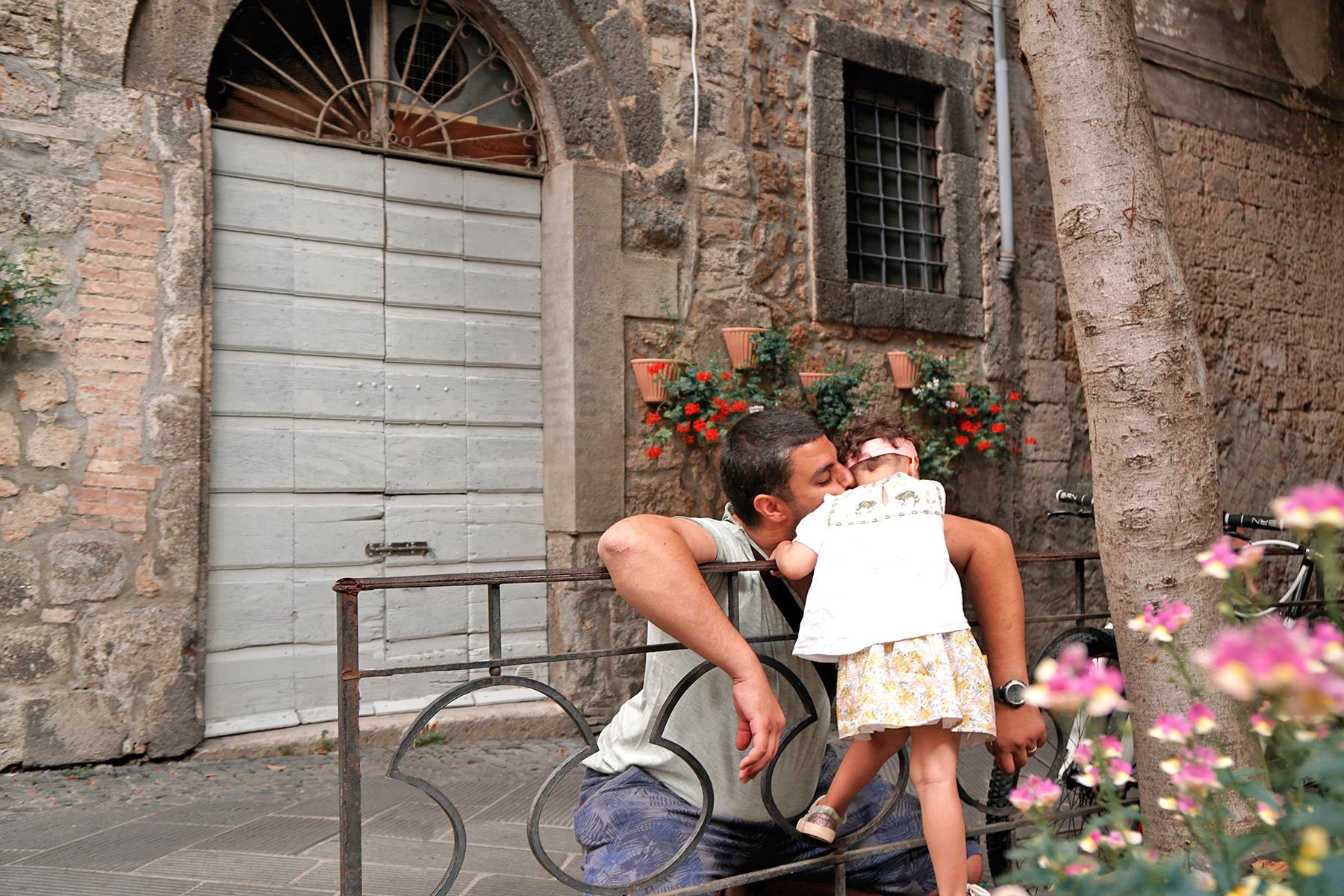 Père et fille s'embrassent, Orvieto Italie