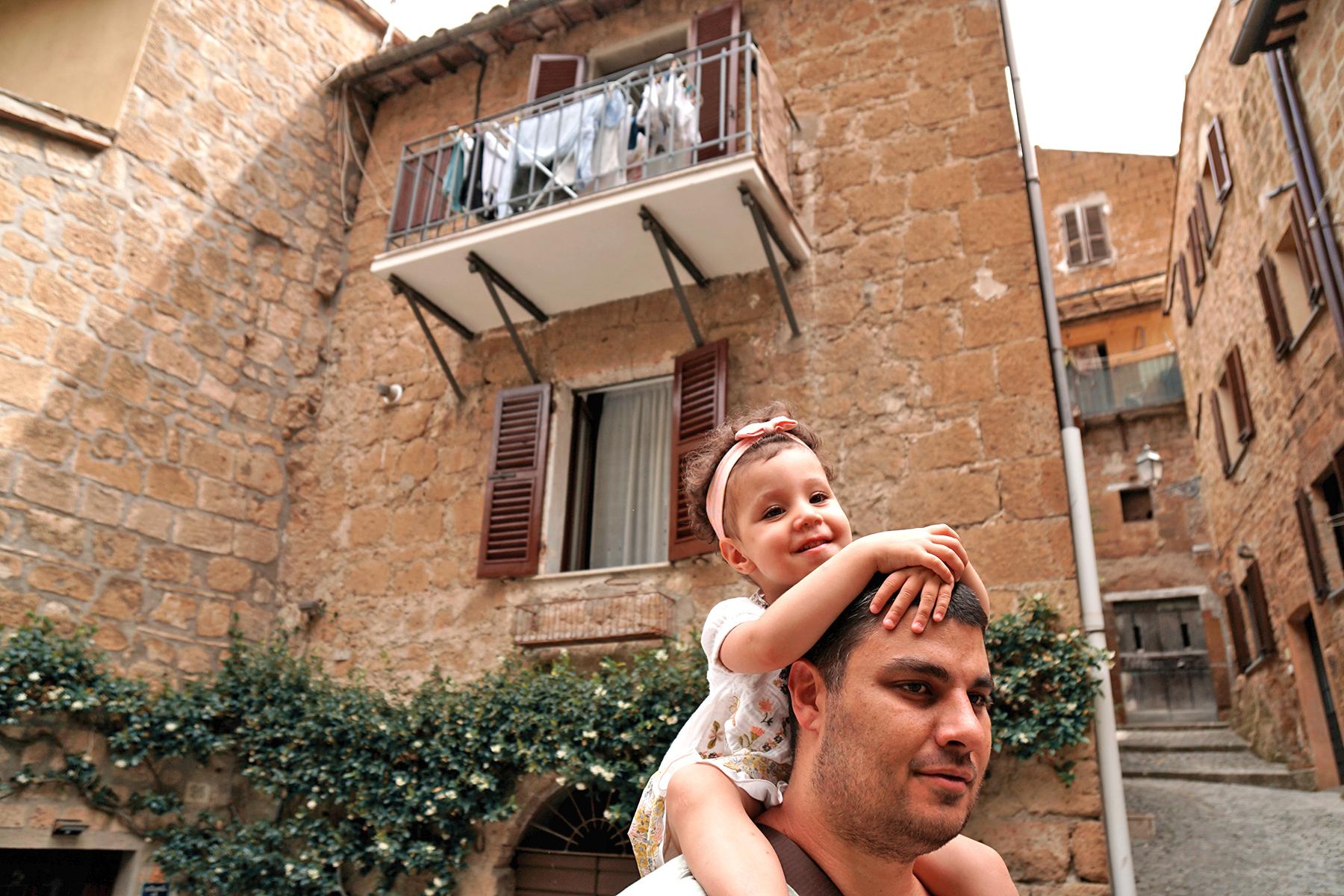 Père et fille dans les ruelles d'Orvieto Italie