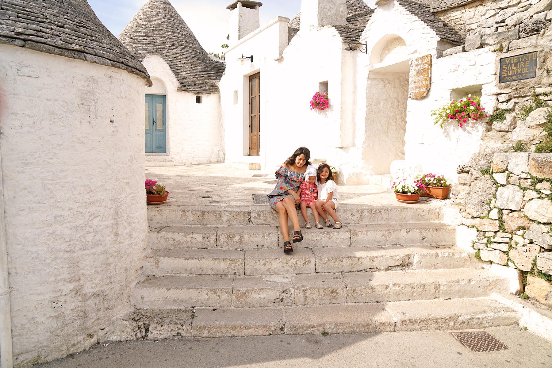 Mère et filles à Alberobello, Pouilles Italie