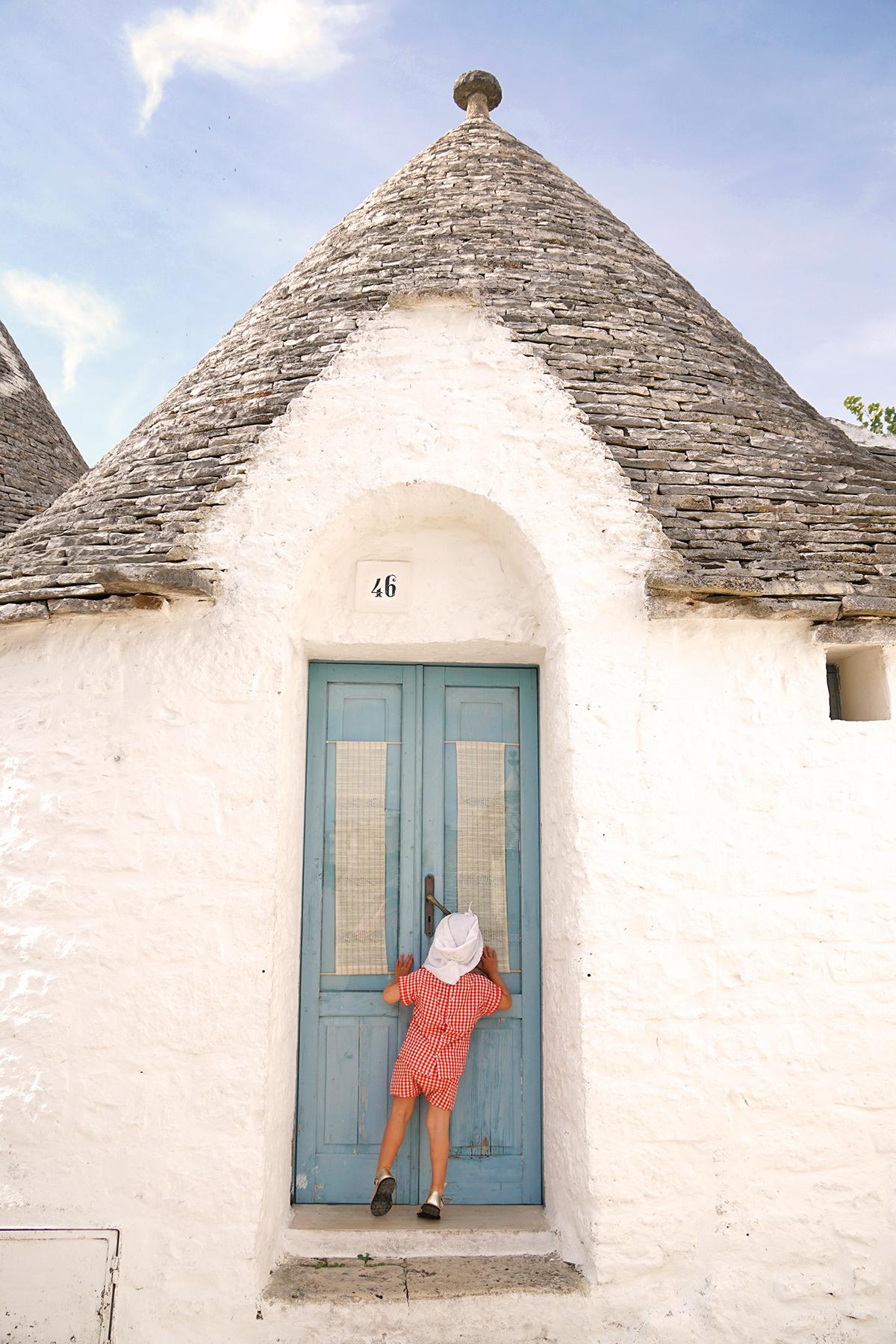 Petite fille à Alberobello, Pouilles Italie