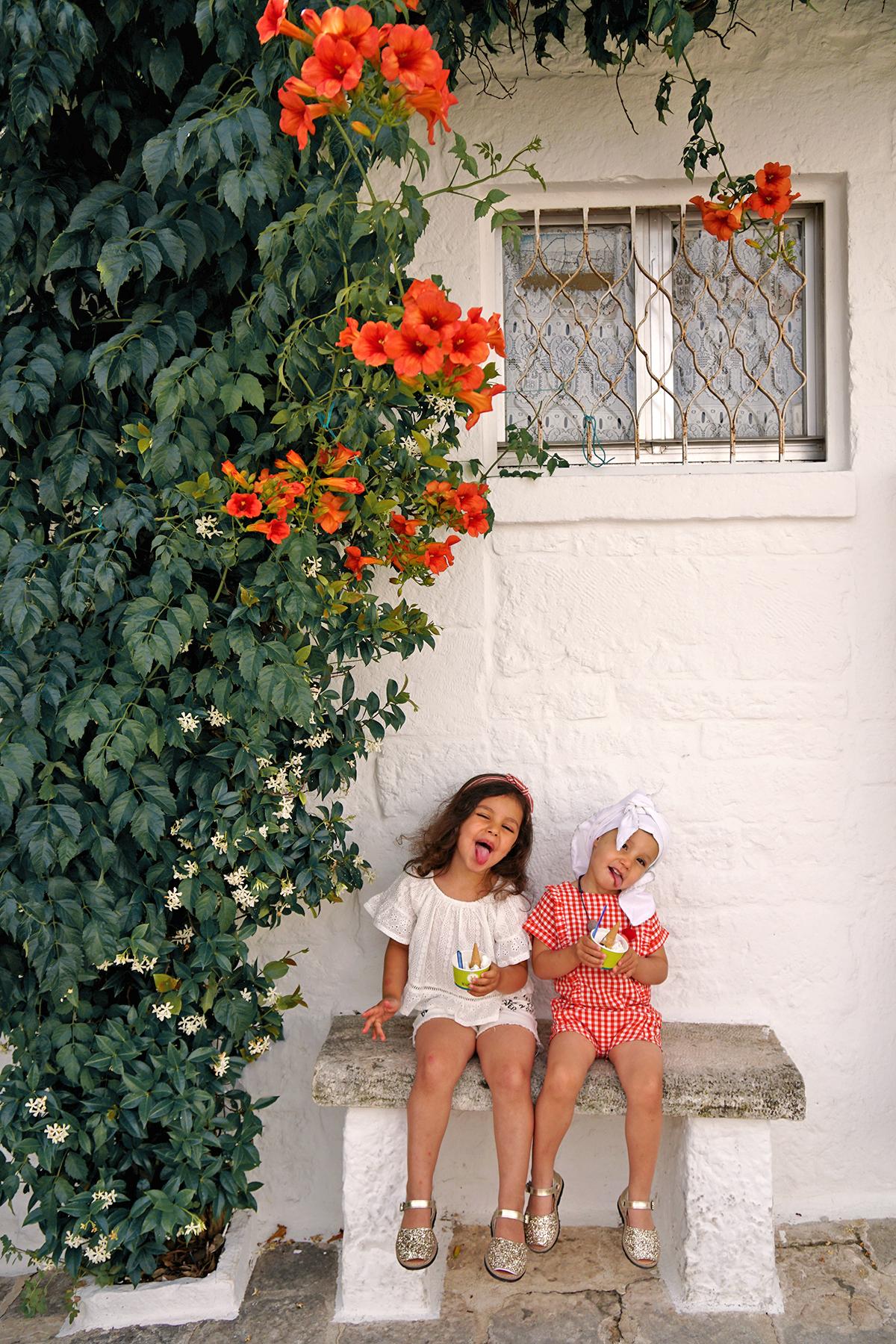 Petites filles mangent une glace à Alberobello, Pouilles Italie