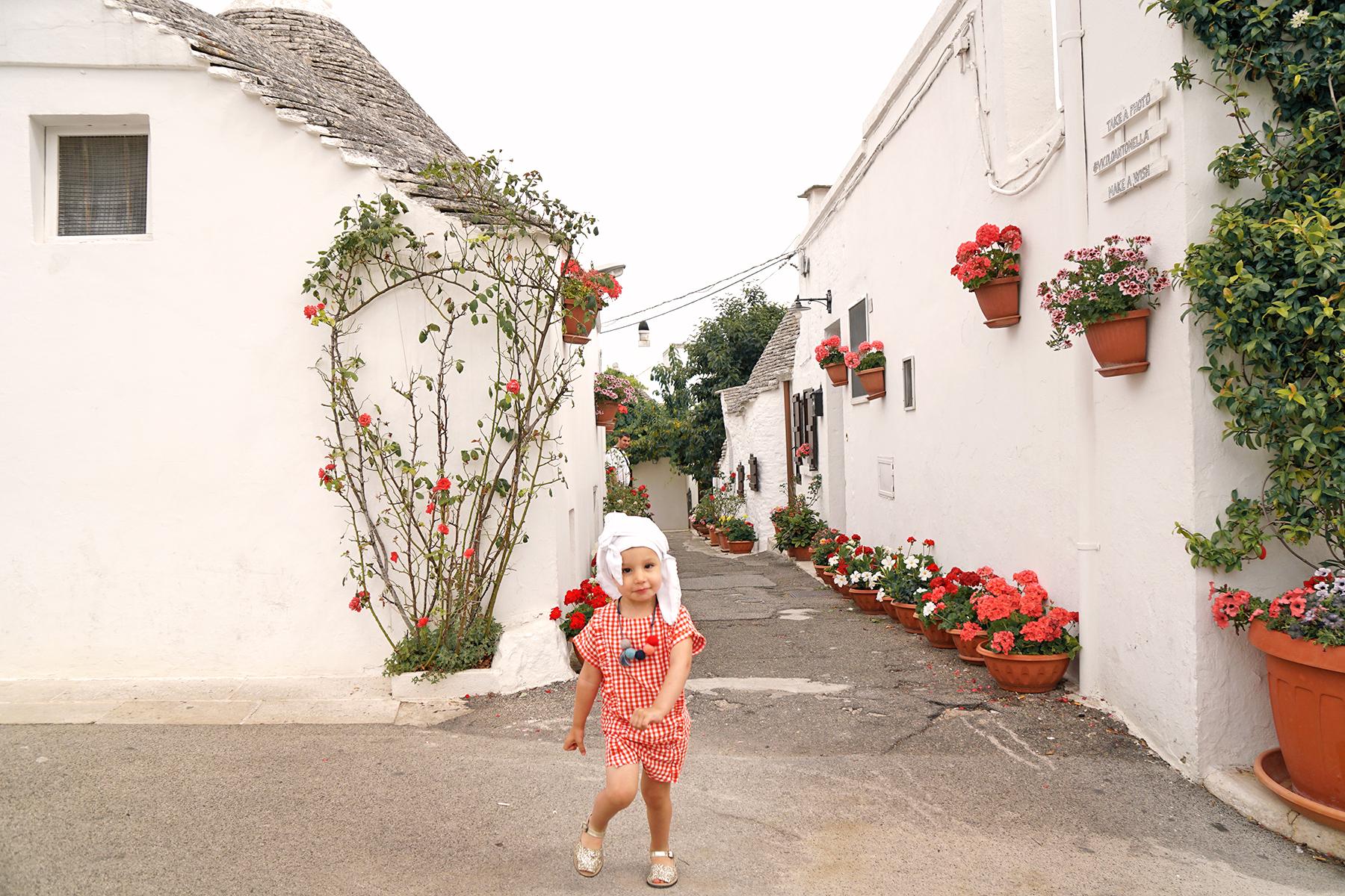 Petite fille à Alberobello fleurie, Pouilles Italie