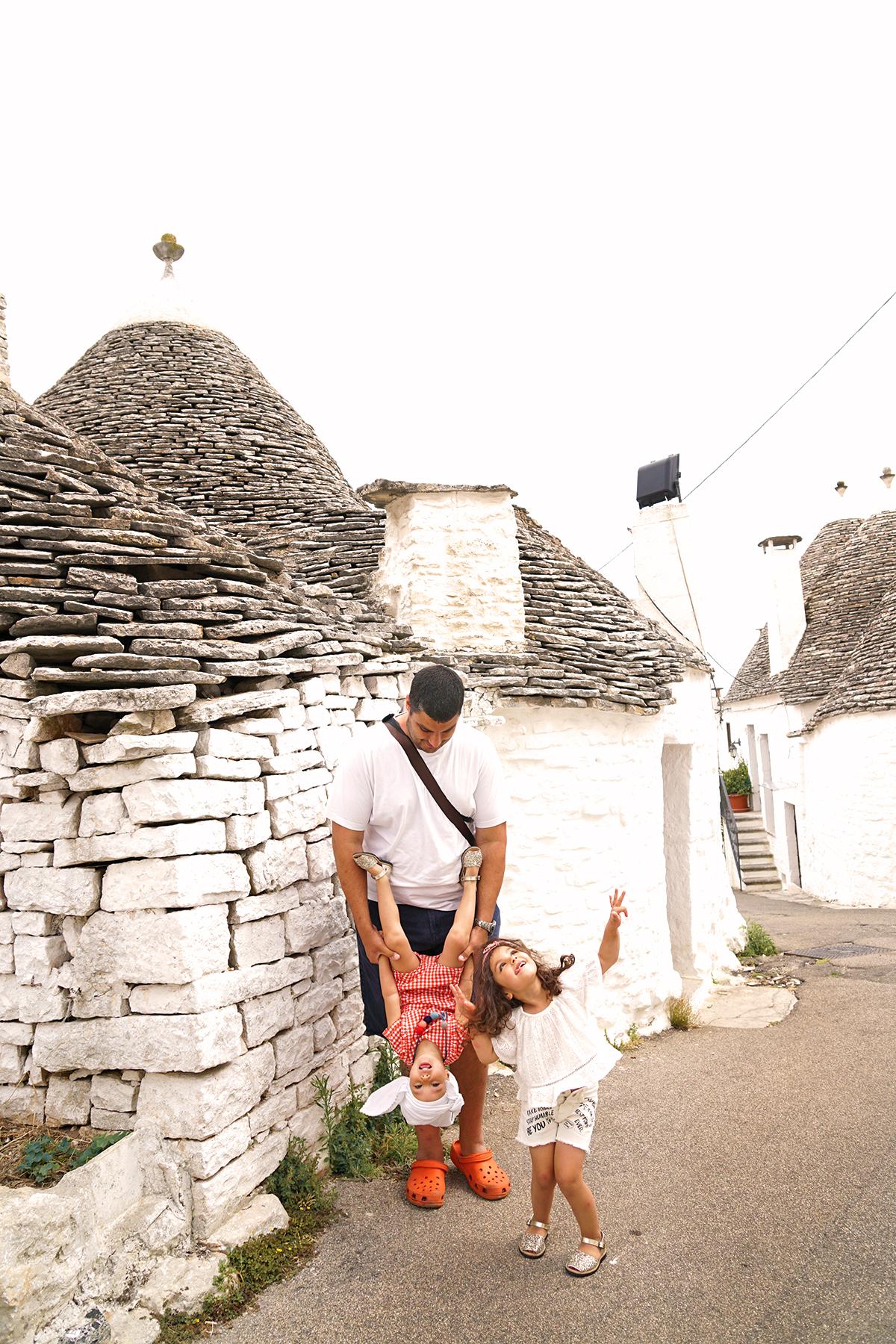 Père et filles à Alberobello, Pouilles Italie
