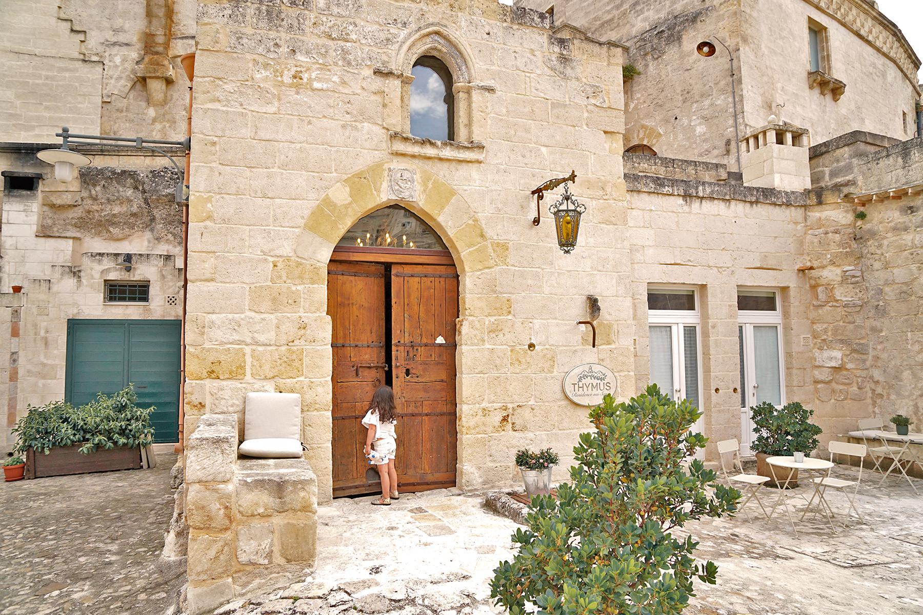 Petite fille à la porte Matera, Italie