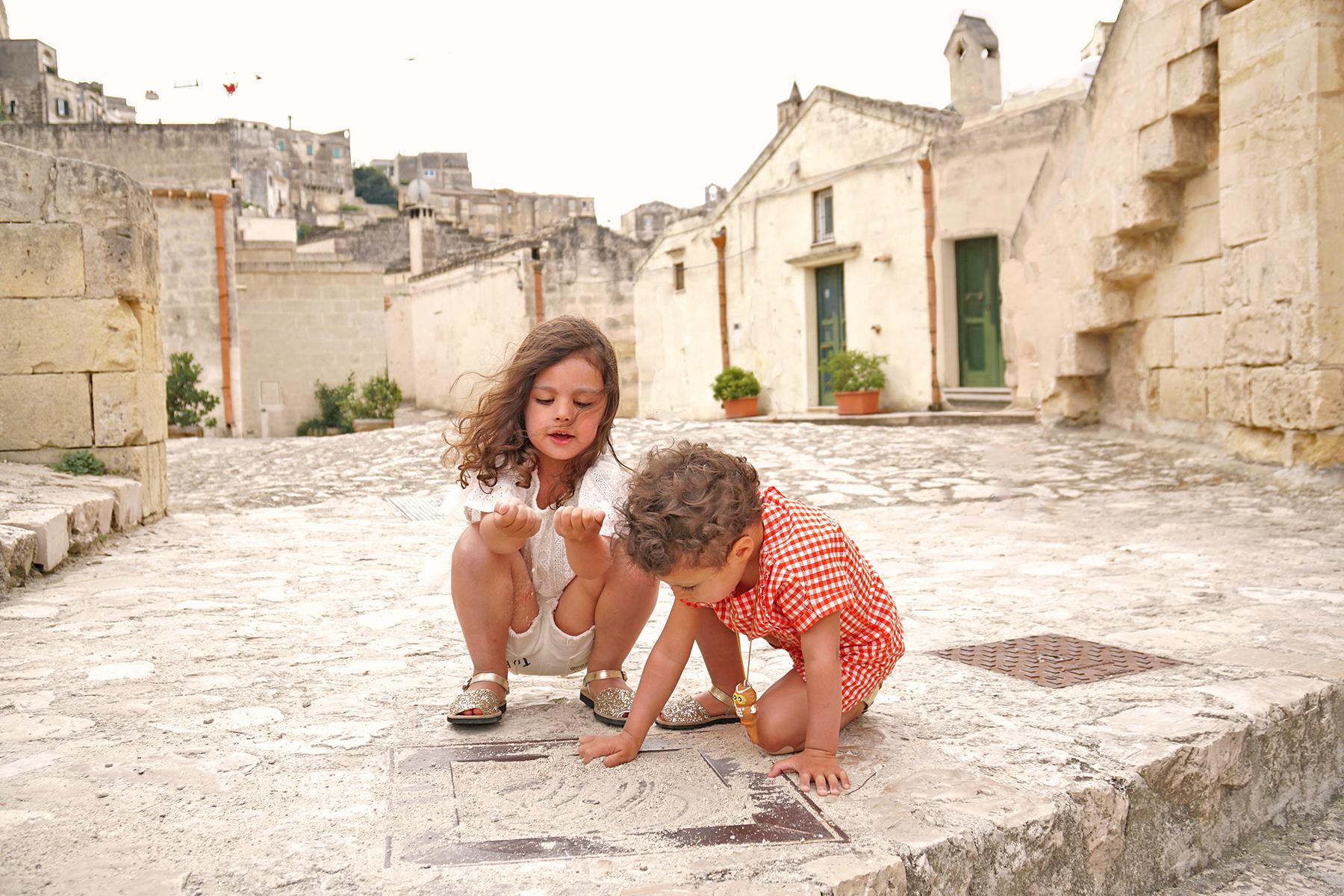 Petites filles qui jouent Matera, Italie
