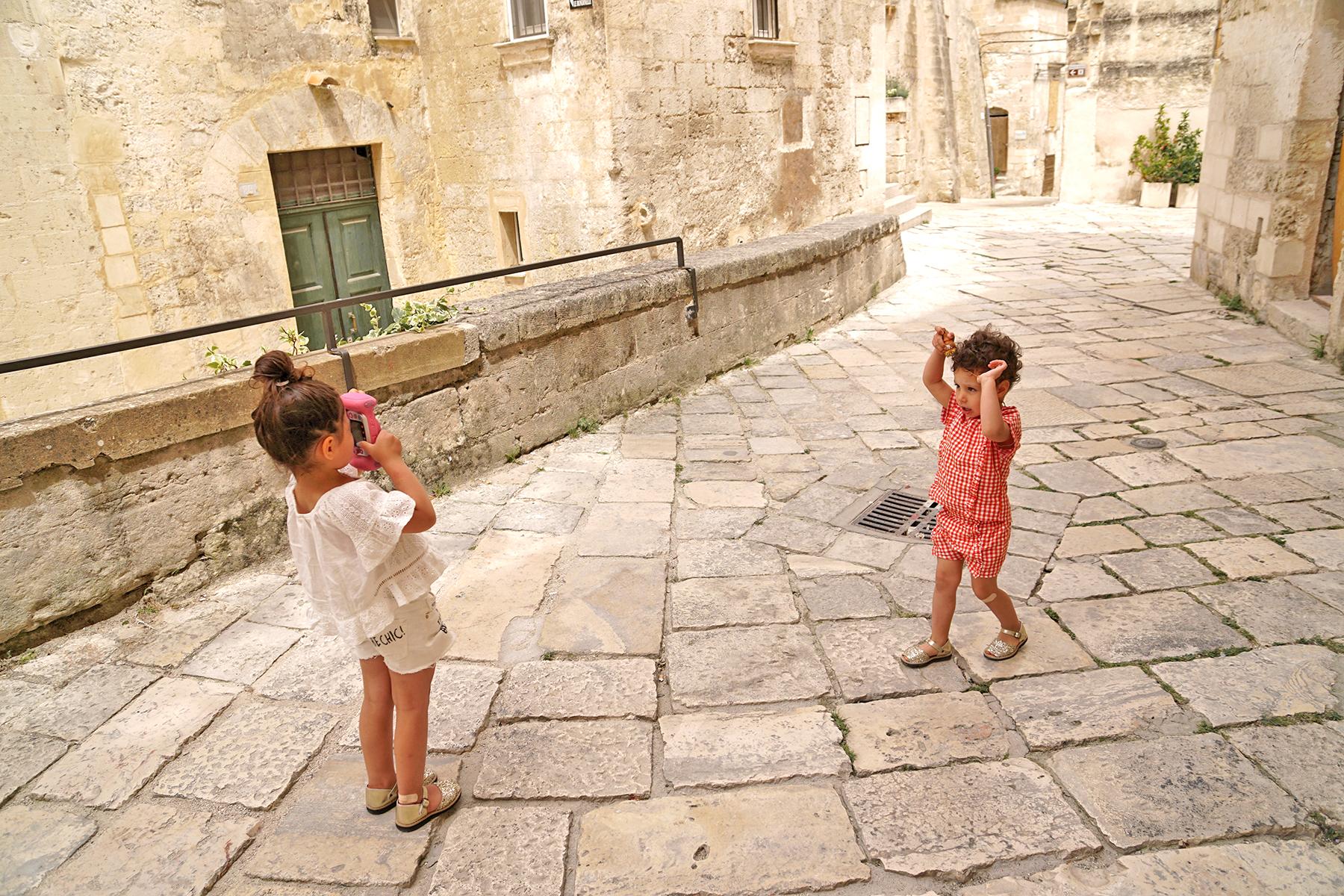 Petites filles photographient Matera, Italie