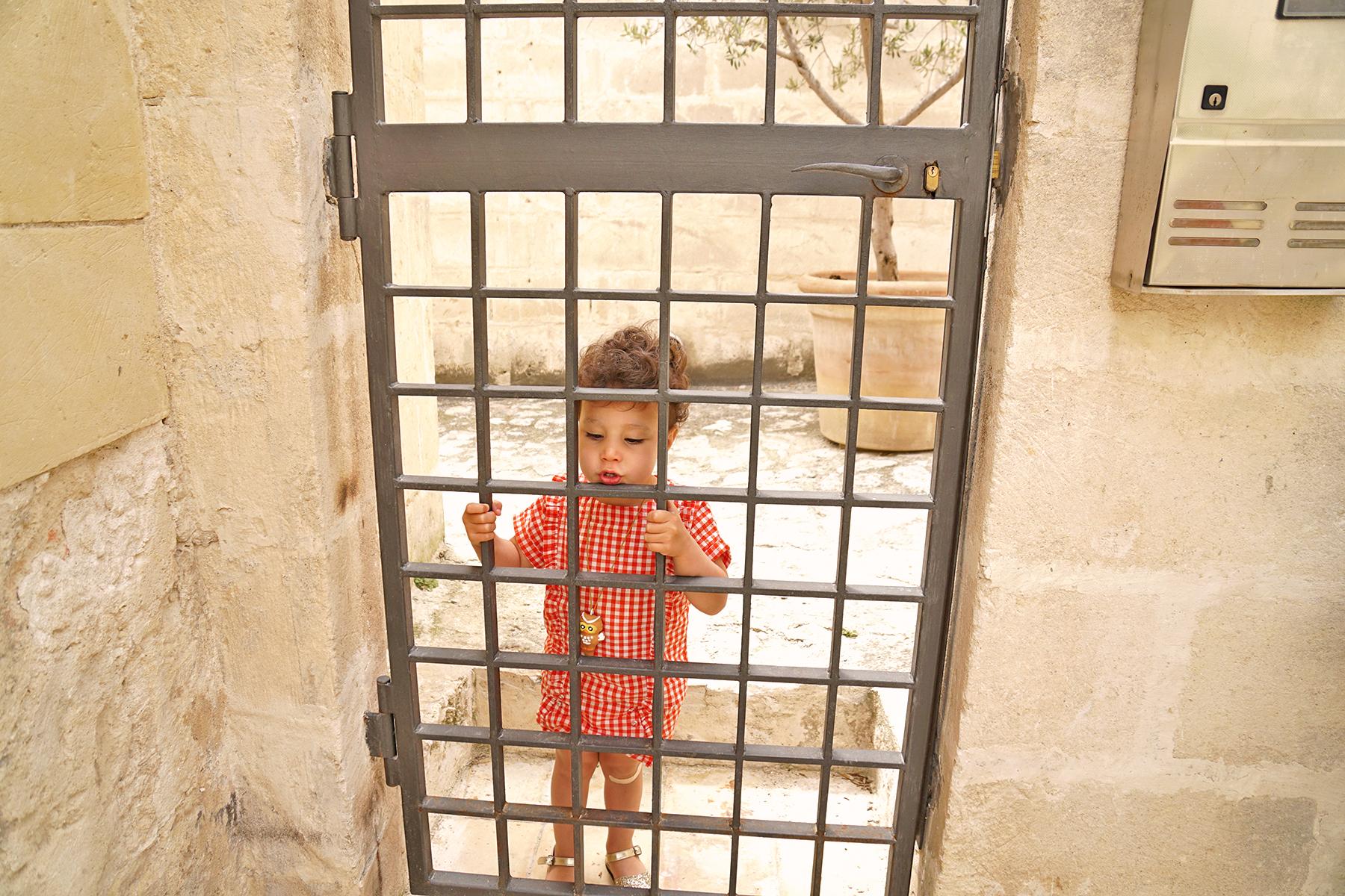 Petite fille derrière le portail, Matera, Italie