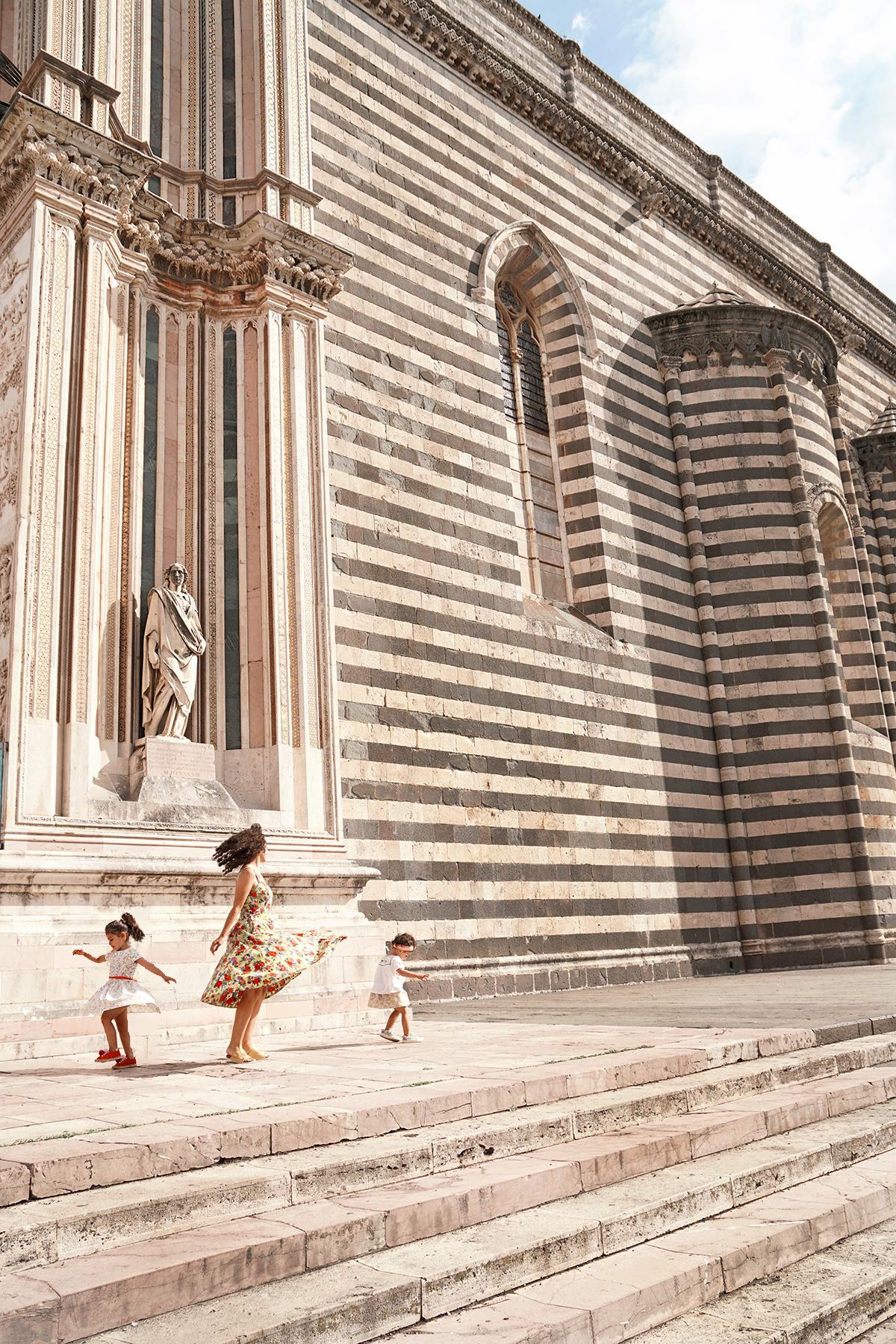 Mère et filles devant la Cathédrale d'Orvieto, Italie