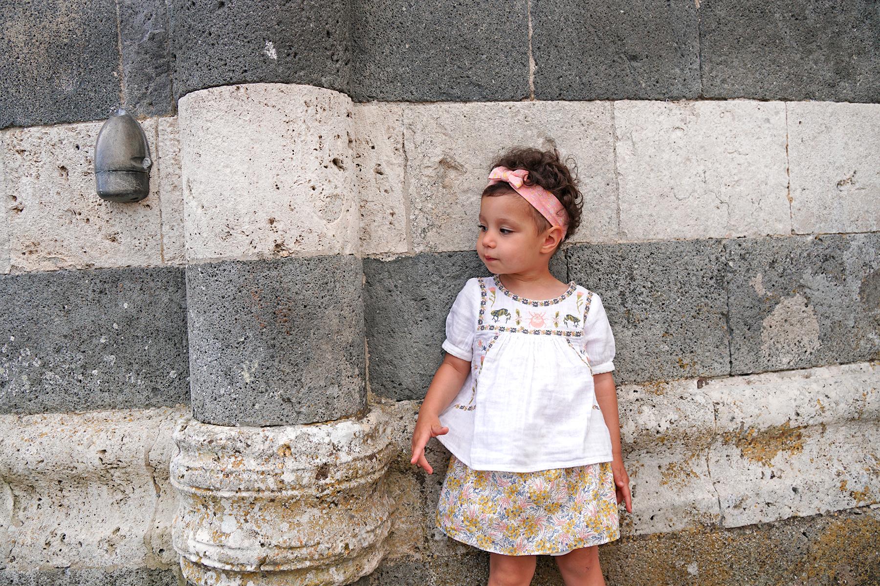 Petite fille devant la Cathédrale d'Orvieto, Italie