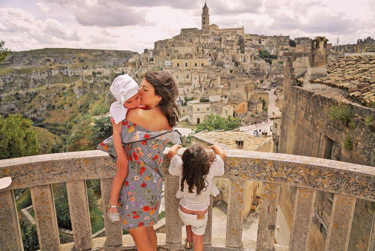 Les Pouiles, d'Alberobello à Matera. Mère et ses 2 filles à Matera, Italie