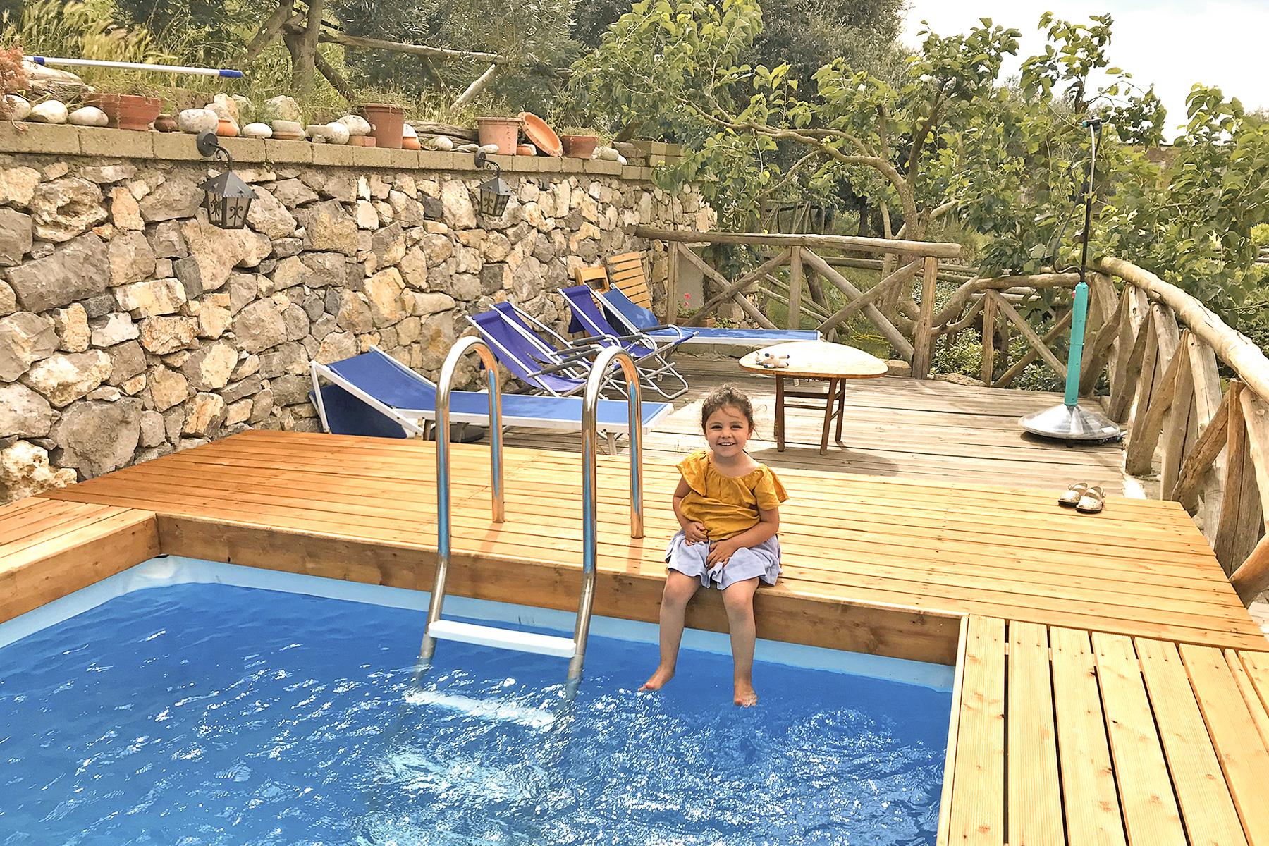 Côte Amalfitaine, petite fille à la piscine