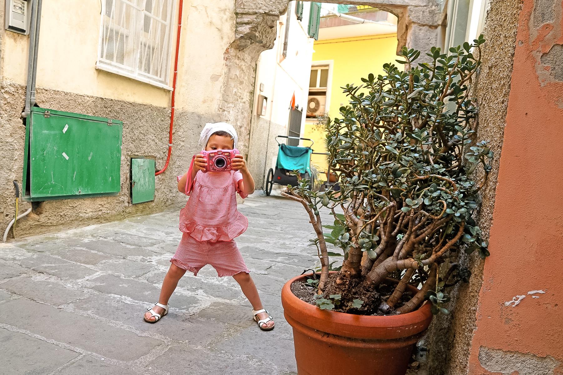Riomaggiore, petite fille à l'appareil photo