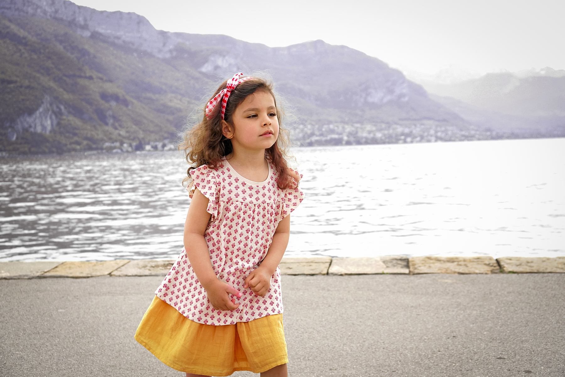Petite fille à Annecy le lac