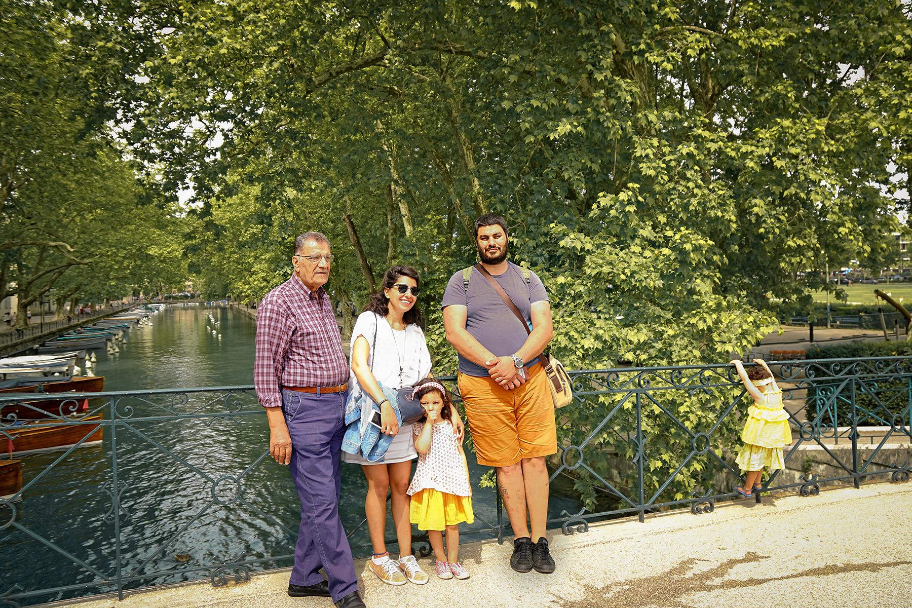 Pont des amours en famille, vue sur la canal le Vassé, Annecy