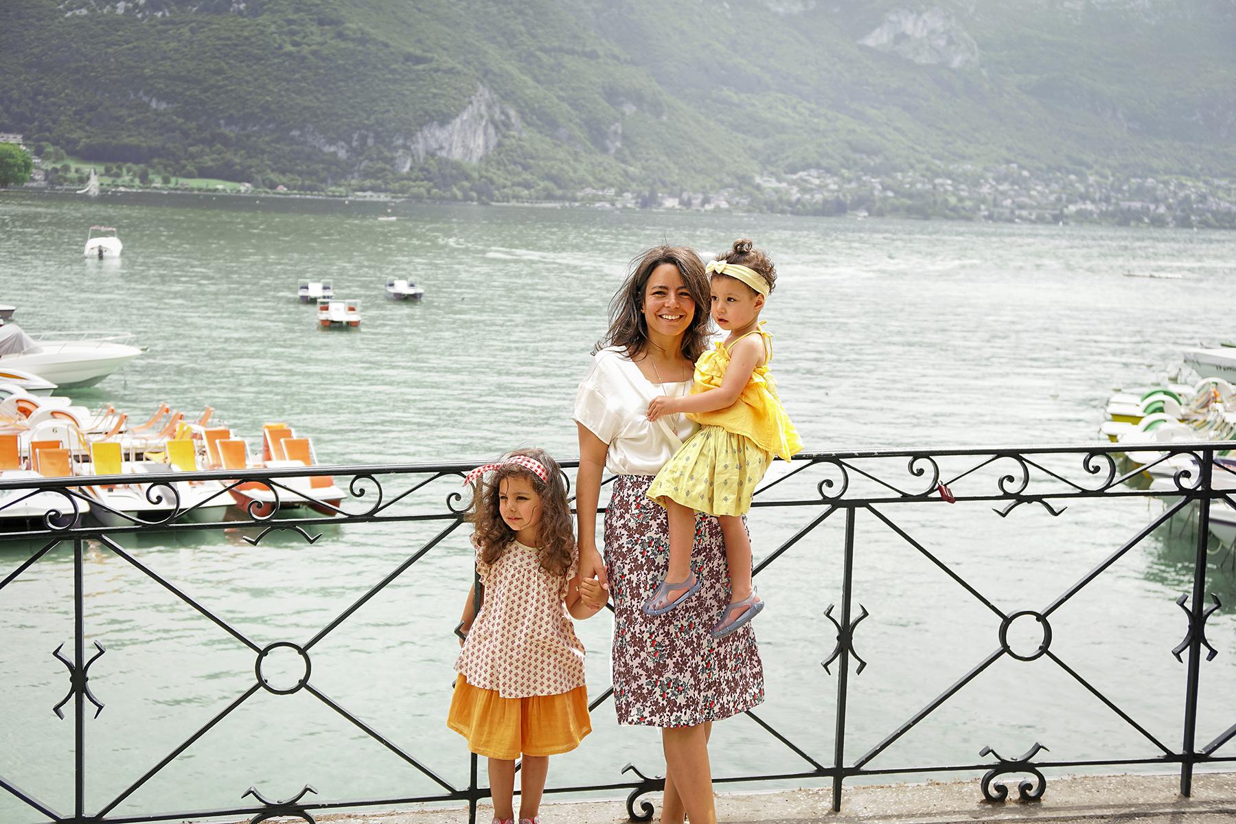Mère et filles au lac d'Annecy