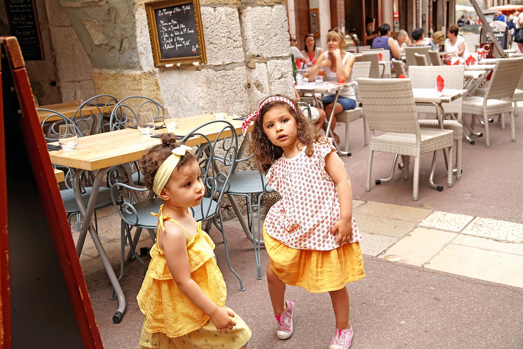 Petites filles dans les rues d'Annecy