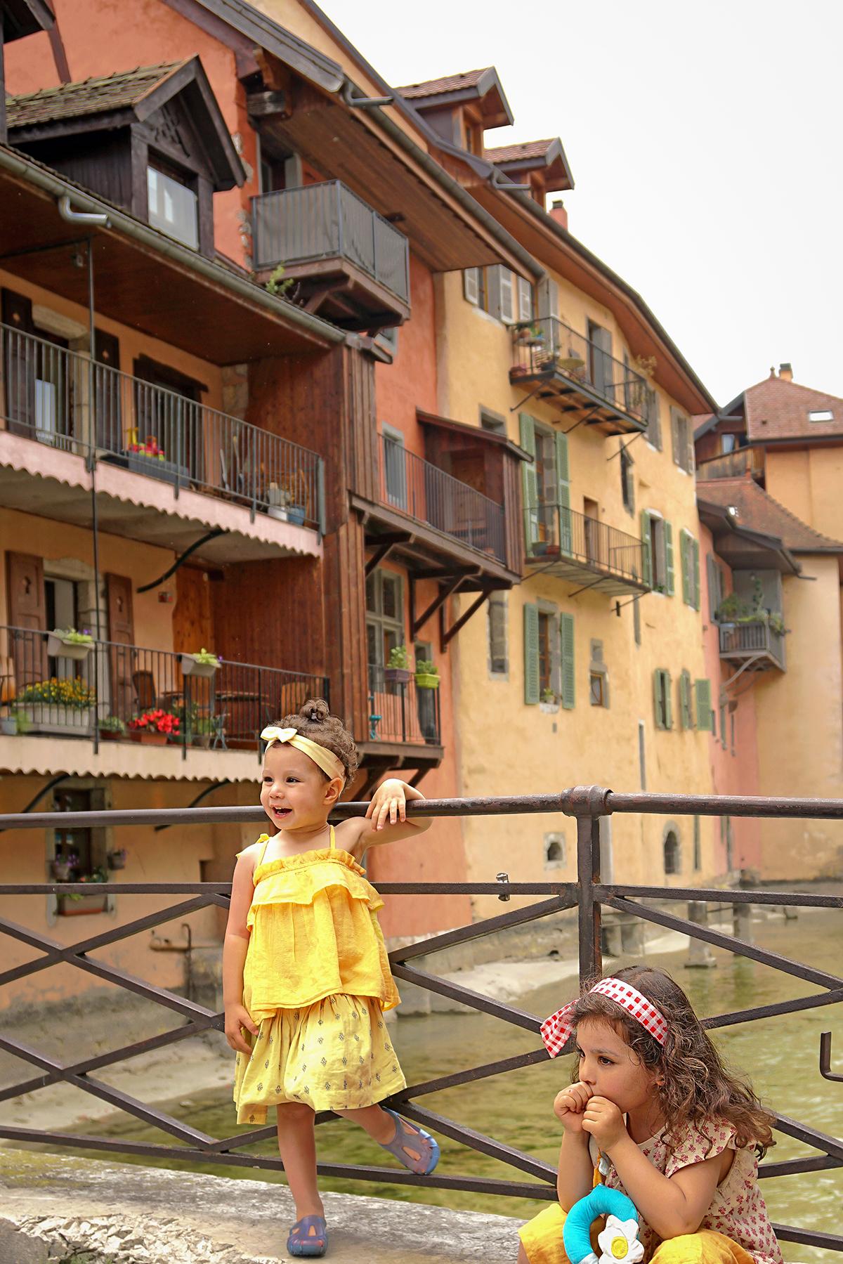 Petites filles à Annecy le vieux, rivière du Thioux