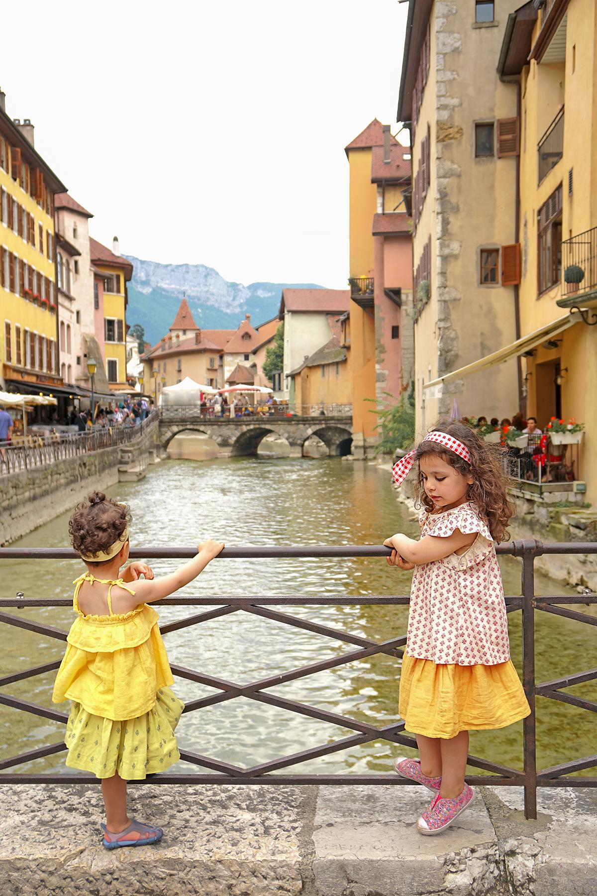 Petites filles Annecy le vieux, rivière du Thioux