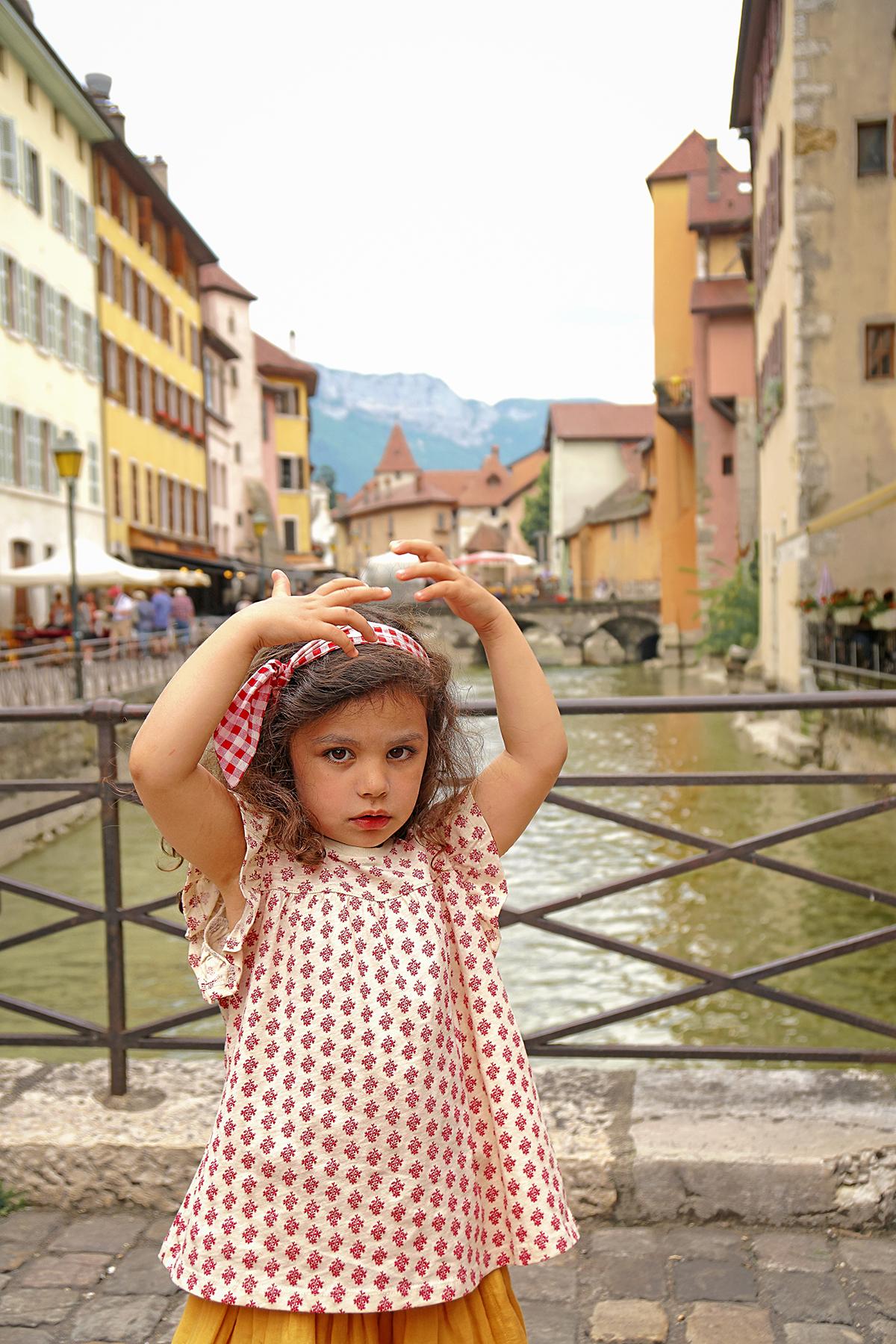 Petite fille à Annecy le vieux, rivière du Thioux