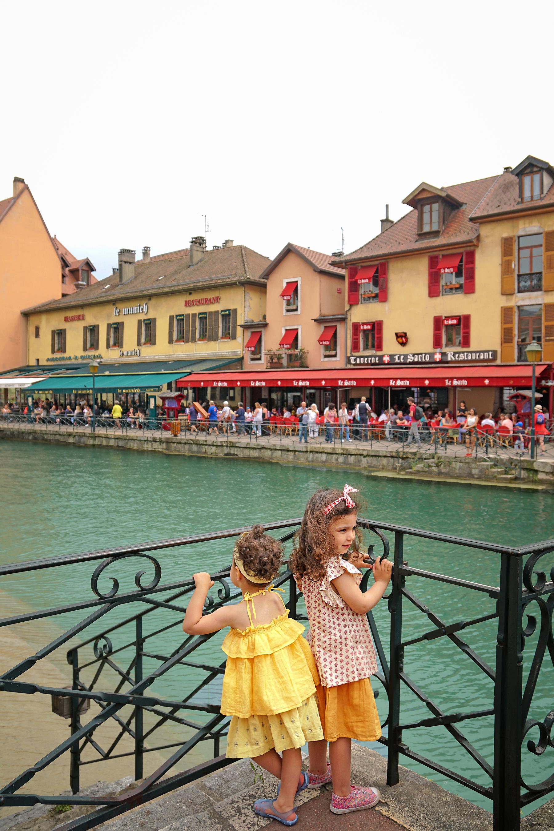 Petites filles face à la rivière du Thioux, Annecy