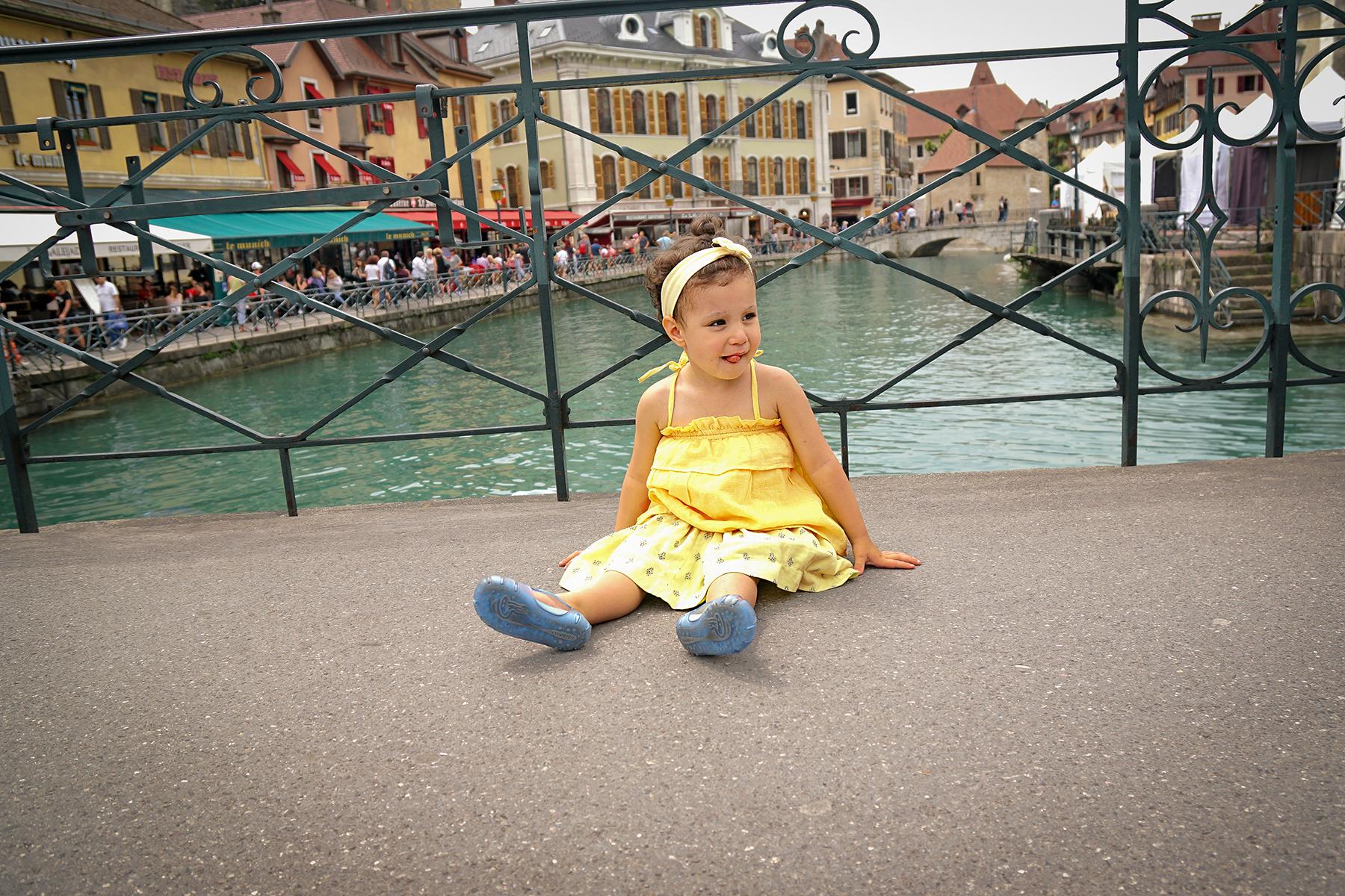 Petite fille à Annecy, rivière du Thioux