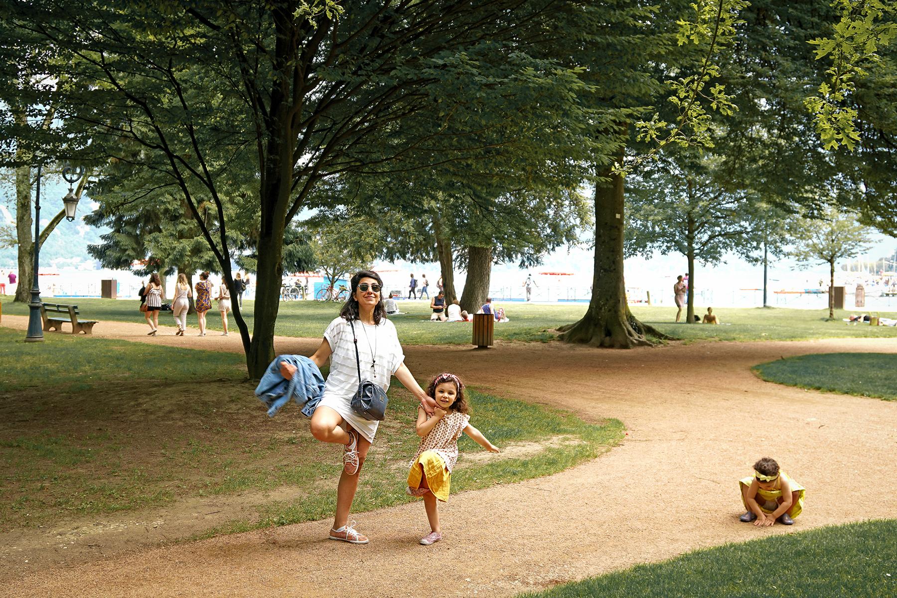Tata et ses nièces au parc, position du flamant rose