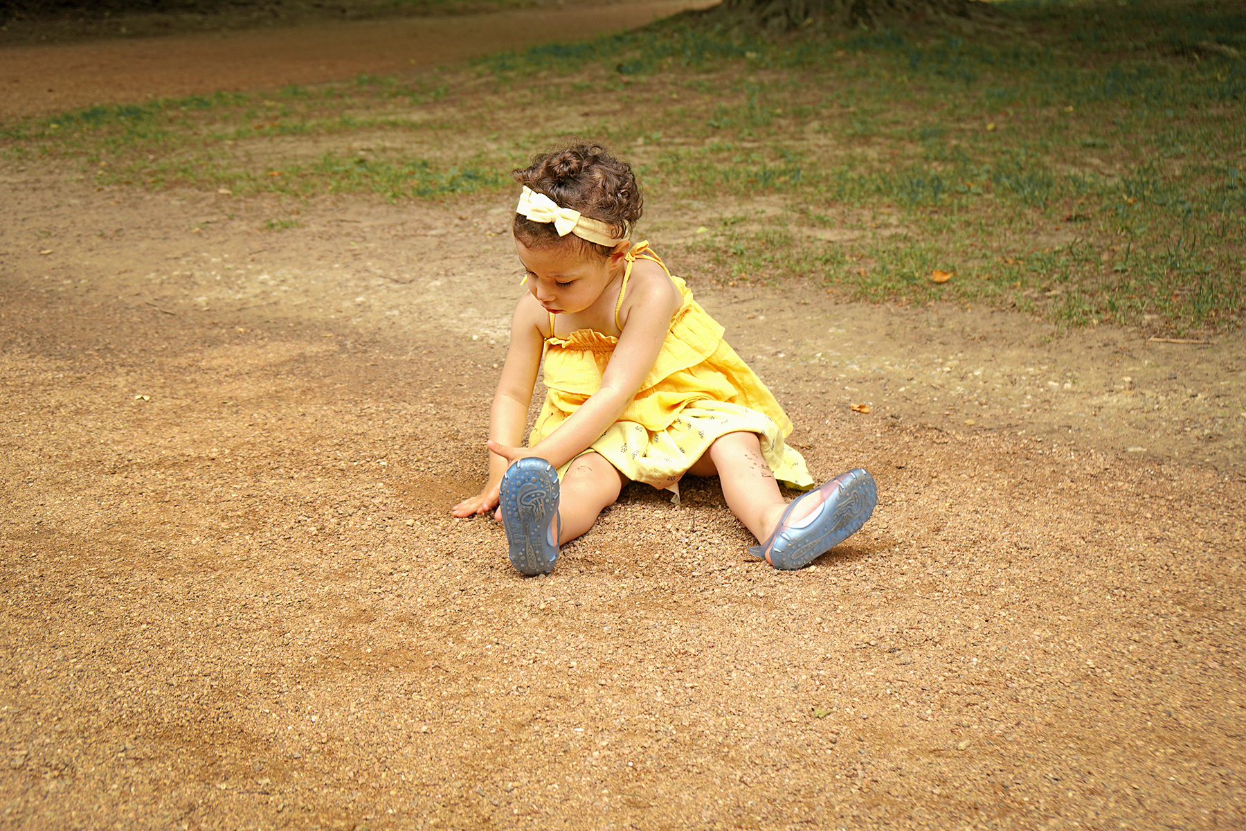 Petite fille par terre
