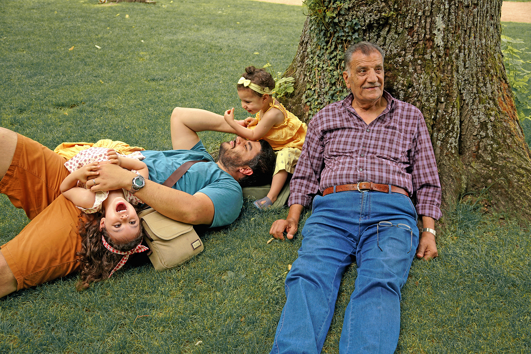 Père et filles au parc