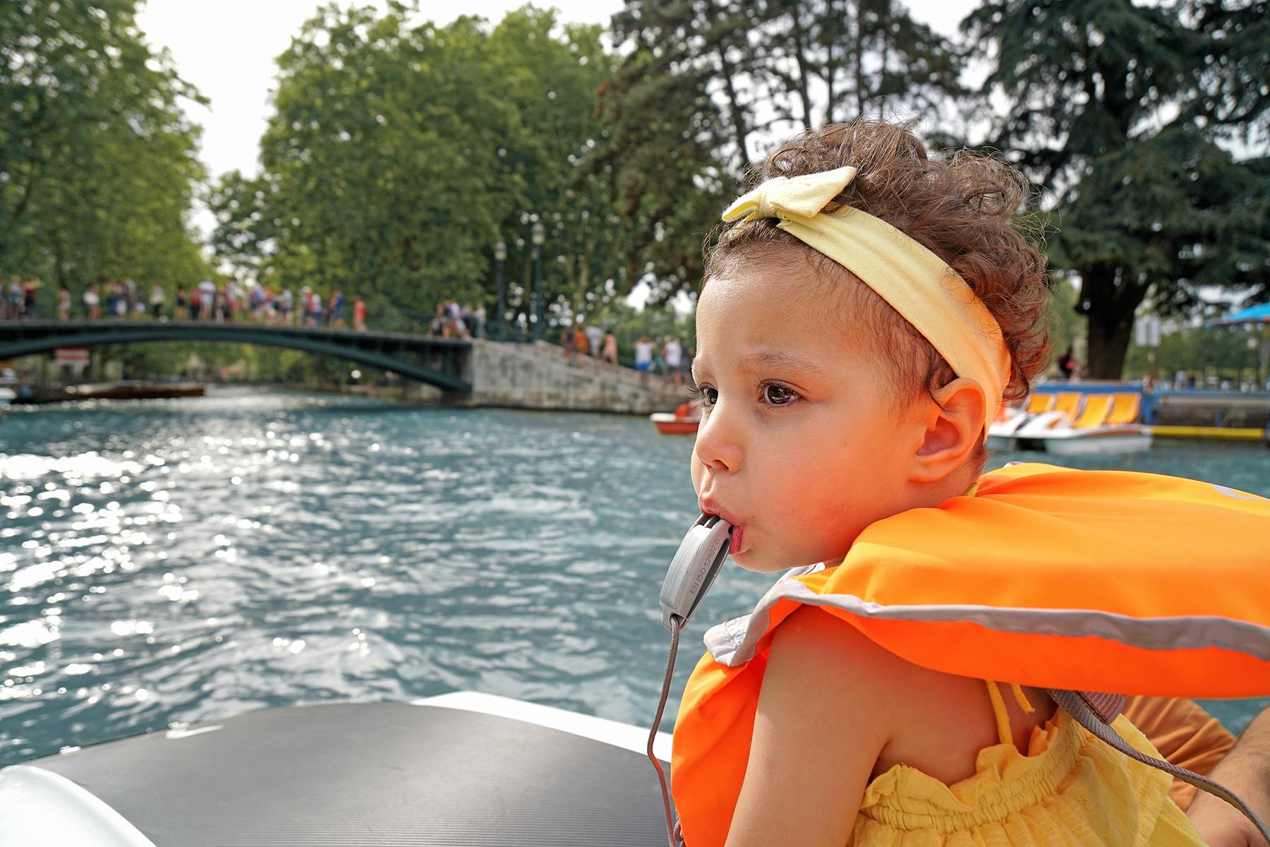 Petit fille au sifflet, Lac d' Annecy