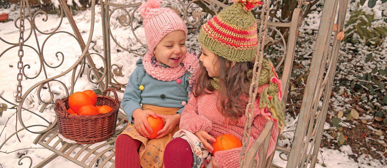 Créer son bonheur, 2 soeurs sur un banc, dans la neige et oranges